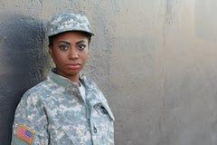 Kvinnlig afrikansk amerikansoldat för veteran med neutralt uttrycks- och kopieringsutrymme arkivbild