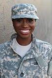 Kvinnlig afrikansk amerikansoldat Smiling för veteran royaltyfri fotografi