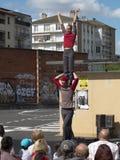 Kvinnlig akrobat på skuldrorna av hans partner Arkivbilder