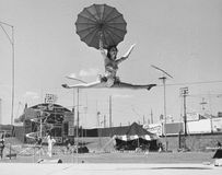 Kvinnlig akrobat som gör splittringar på spänd lina (alla visade personer inte är längre uppehälle, och inget gods finns Leverant Arkivbild