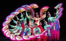 Kvinnlig aktör av den traditionella koreanska dansen Arkivbilder