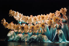 Kvinnlig aktör av den traditionella koreanska dansen Arkivfoton