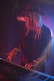 Kvinnlig aktör som spelar pianot i nattklubb Royaltyfria Bilder