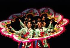 Kvinnlig aktör av den traditionella koreanska dansen Royaltyfri Bild