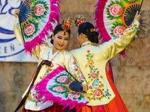 Kvinnlig aktör av den traditionella koreanska dansen Arkivfoto