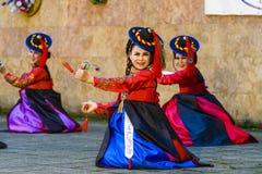 Kvinnlig aktör av den traditionella koreanska dansen Arkivbild