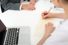 Kvinnlig allmän praktiker som arbetar med patienten royaltyfri fotografi