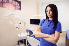 Kvinnlig allmäntjänstgörande läkare i tandläkareklinik Arkivfoton