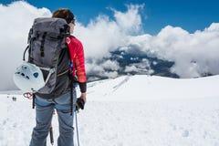 Kvinnlig alpinist som tycker om sikten Arkivfoton