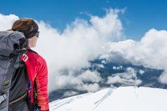 Kvinnlig alpinist som tycker om sikten Royaltyfria Bilder