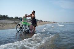 Kvinnlig anhörigvårdare- och pensionärkvinna på en rullstol Royaltyfria Foton