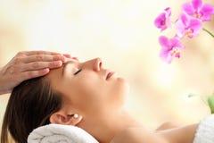 Kvinnlig ansikts- massage i brunnsort Arkivbilder
