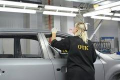 Kvinnlig anställd av att kontrollera avdelning kontrollerar kvalitet av pol Fotografering för Bildbyråer