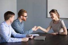 Kvinnlig anställd för manlig rekryterarehandshaking på jobbintervjun arkivfoton