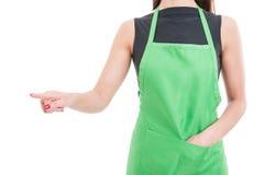 Kvinnlig anställd som trycker på på den tomma digitala pekskärmen royaltyfria foton