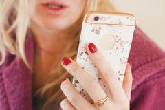 Kvinnlig användande telefon Royaltyfri Bild