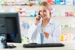 Kvinnlig apotekare Arkivbild