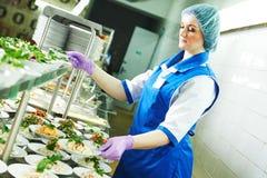Kvinnlig arbetare för buffé som servar mat i kafeteria royaltyfria foton
