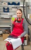 Kvinnlig arbetare medan kaffeavbrott Fotografering för Bildbyråer