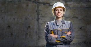 Kvinnlig arbetare på en konstruktion Arkivbild