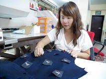 Kvinnlig arbetare på plaggfabriken fotografering för bildbyråer