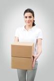 Kvinnlig arbetare som levererar packar Arkivfoto