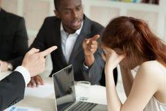 Kvinnlig arbetare som trakasseras av manliga kollegor Arkivfoton