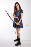 Kvinnlig Archer i stridkängor royaltyfri fotografi