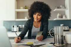 Kvinnlig arkitekt som arbetar det hemmastadda kontoret arkivbilder