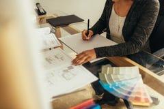 Kvinnlig arkitekt som förbereder det nya golvplanet för ett projekt arkivbild