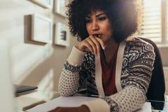 Kvinnlig arkitekt som tänker på nya idéer arkivfoto