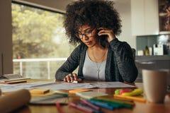 Kvinnlig arkitekt som talar över telefonen royaltyfria foton