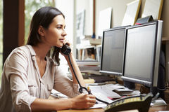 Kvinnlig arkitekt Working At Desk på datoren Royaltyfri Foto