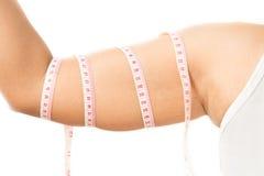 Kvinnlig arm med måttband Arkivfoto