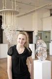 Kvinnlig artisit i galleri Arkivbild