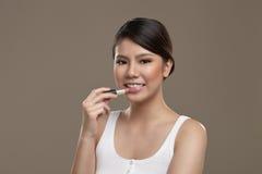 Kvinnlig asiatisk applicerande läppstift Royaltyfri Fotografi