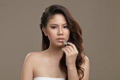 Kvinnlig asiatisk applicerande läppstift Royaltyfri Bild