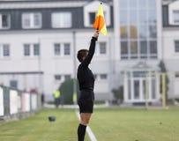 Kvinnlig assistentrefere i handling under fotboll royaltyfri foto