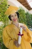Kvinnlig avlägga examen deltagare i en akademisk kappa Royaltyfri Bild