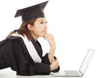 Kvinnlig avläggande av examen som tänker om karriär eller jobb royaltyfria bilder