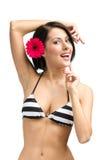 Kvinnlig bärande bikini och blomma i hår arkivbilder