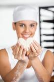 Kvinnlig bagareHolding Heart Shape deg Royaltyfri Foto