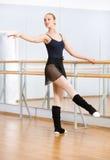 Kvinnlig balettdansör som dansar nära barren i studio Royaltyfria Bilder
