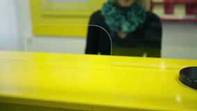 Kvinnlig bankir som räknar stora europengar för lån stock video