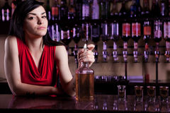 Kvinnlig bartender Fotografering för Bildbyråer