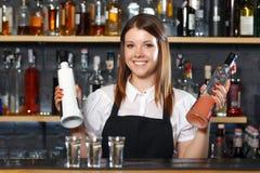 Kvinnlig bartender på arbete Royaltyfri Fotografi
