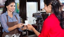 Kvinnlig bartenderportionkund arkivbilder