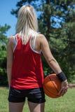 Kvinnlig basketspelare royaltyfri foto