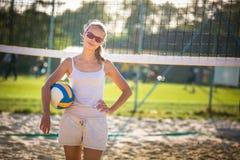 Kvinnlig beachvolleyballspelare arkivfoton