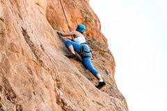 Kvinnlig bergsbestigarekvinna Arkivbild